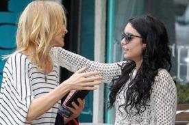 Vanessa Hudgens feliz de pasear con la madre de su novio