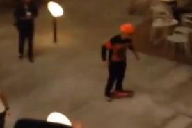 China: Justin Bieber alborota centro comercial montado en skate  - Video