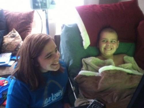 Una ciudad celebra Navidad en octubre por un niño con cáncer - VIDEO