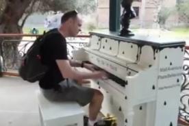 Play me, I'm yours: Pianos de colores invaden las calles de Lima - VIDEOS