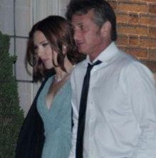 Scarlett Johansson y Sean Penn fueron vistos cariñosos en evento