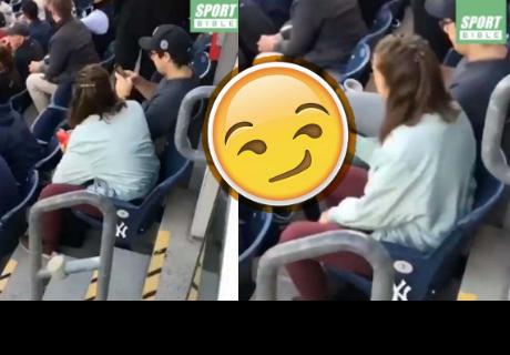 Pareja grabada durante partido de fútbol causa confusión por impensado detalle