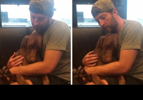 Joven que le canta a su perro para que se duerma enamora a todos en la red