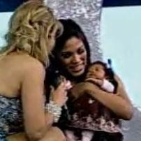 Karen Dejo presenta a su adorable bebé durante Reyes del Show