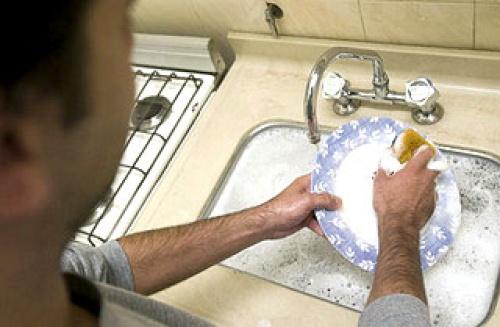 Hombres que lavan platos tienen mejor vida sexual