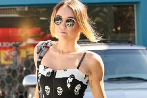 Miley Cyrus luce rebelde con sexy vestido de cráneos (Fotos)