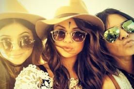Selena Gomez asiste a Coachella con Kylie y Kendall Jenner (Fotos)