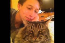 No lo quiere ni su gato: La tensa amistad entre dueño y felino [Video]