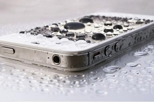 ¿Sabes qué hacer si tu celular se cae al agua?