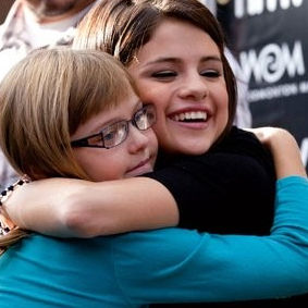 Selena Gomez llevó alegría a fans canadienses durante firma de autógrafos