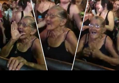 Abuelita llena de ternura a cibernautas al cantar y bailar durante concierto