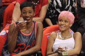 Rihanna no usó sostén para asistir a partido de básquet - Foto