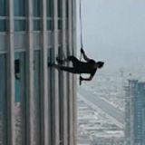 Tom Cruise realiza asombrosas piruetas en el edificio más alto del mundo (video)