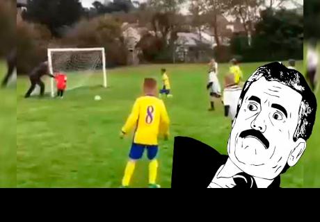 Padre le hizo lo impensado a su hijo para que tape un gol