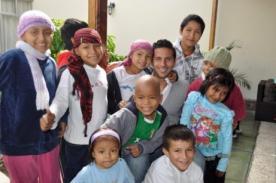 Claudio Pizarro visitó a niños con cáncer