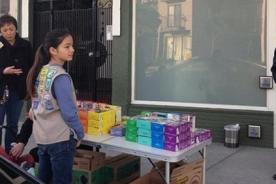 Niña 'scout' es un éxito en venta de galletas frente a una tienda de marihuana