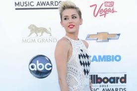 Miley Cyrus sorprende al cantar a dúo con su padre