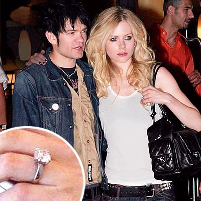 Avril Lavigne y ex esposo se tatuaron en el mismo lugar
