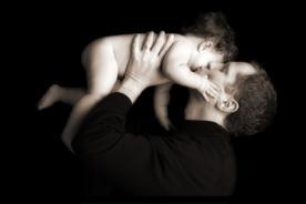Hombres con testículos pequeños tienden a ser buenos padres