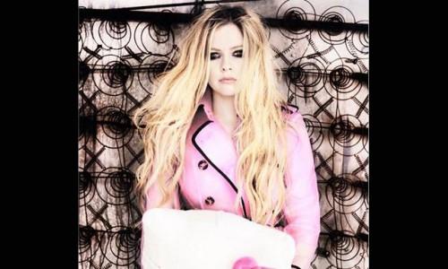 Twitter: Avril Lavigne pide a sus seguidores que recen por ella