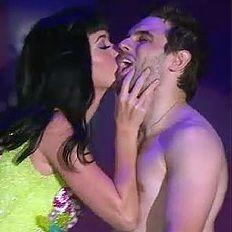 Katy Perry sorprendió con un efusivo beso a uno de sus fanáticos