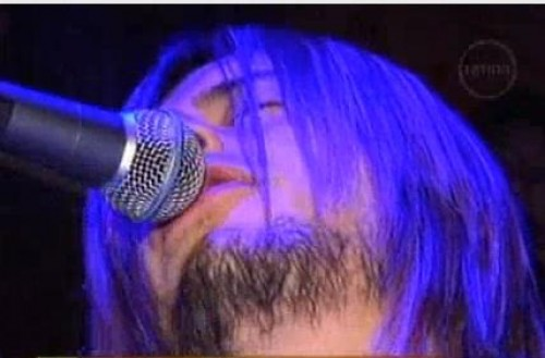 Video: Kurt Cobain peruano causó histeria durante concierto en Arequipa