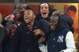 Video: Balotelli y Robinho celebran triunfo contra Barcelona en la tribuna