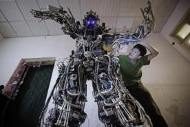 Ingenioso chino crea robot gigante con capacidad para hablar