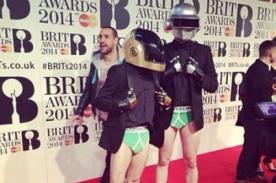 Daft Punk sorprende en los BRIT Awards con su llegada en ropa interior