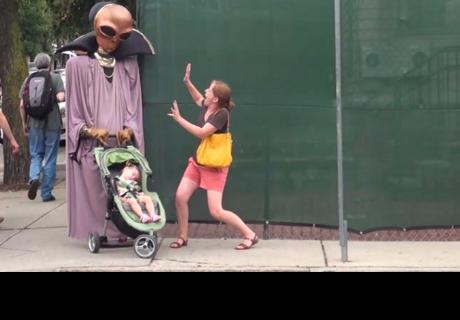 Quiso asustar gente vestido de alien y acabó en problemas con la policía (VIDEO)