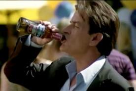 Video: Charlie Sheen se burla de sus adicciones en Spot
