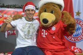Claudio Pizarro y jugadores del Bayern Múnich festejan la Navidad