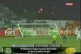 Video: Defensa rompe arco por salvar un gol - Fútbol Brasileño