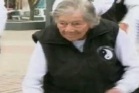 Video: Mujer de 95 años se divierte bailando y practicando artes marciales