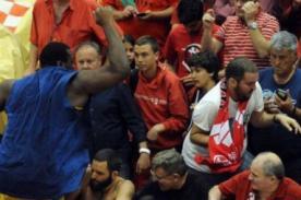 Básquet: Jugador enfurecido salta a la grada e intenta agredir a un aficionado - VIDEO