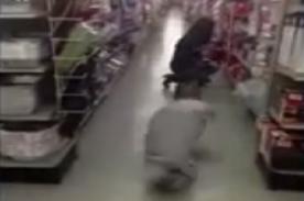 Personas sin extremidades realiza broma 'zombie' en supermercado - Video