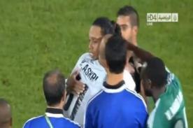 Video: Jugadores del Raja Casablanca desvisten a Ronaldinho – Mundial de Clubes