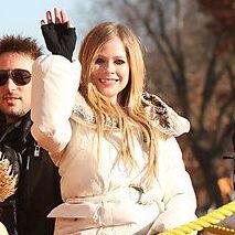 Avril Lavigne cantó Wish You Were Here en el desfile de Acción de Gracias (video)