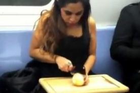 Mujer sube a tren, decora torta y la reparte a los pasajeros -VIDEO