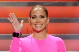 Jennifer López asiste a American Idol vestida completamente de rosado