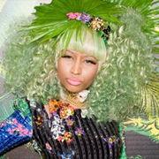 Nicki Minaj impacta con extravagante look ecólogico y colorido