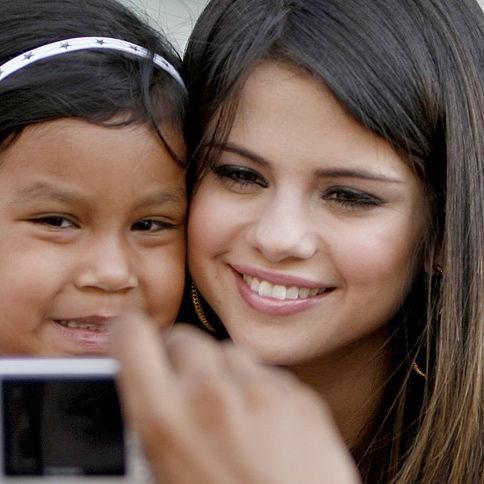 Selena Gomez se fotografía con fans luciendo radiante sonrisa en Dallas