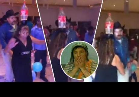 Mujer demuestra su equilibrio al bailar con una botella de gaseosa en la cabeza