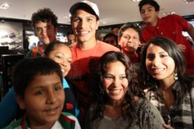 Paolo Guerrero alborotó el Callao en firma de autógrafos (Video)