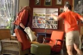 Video: Broma de la silla humana espanta a los clientes de un café