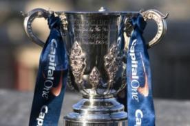 Manchester City: Vincent Kompany rompió el trofeo de la Capital One Cup - VIDEO