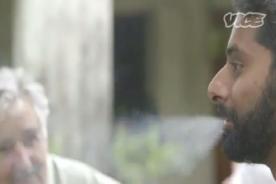 Periodista fuma cigarro de marihuana al lado de José Mujica - VIDEO