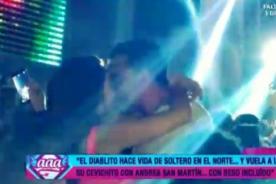 Andrea San Martín y Diego Chávarri se pusieron 'eléctricos' con tremendos besos - VIDEO