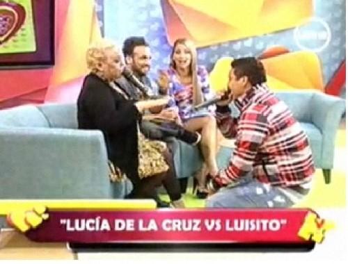Luisito Caycho se arrodilló y le pidió disculpas a Lucía de la Cruz