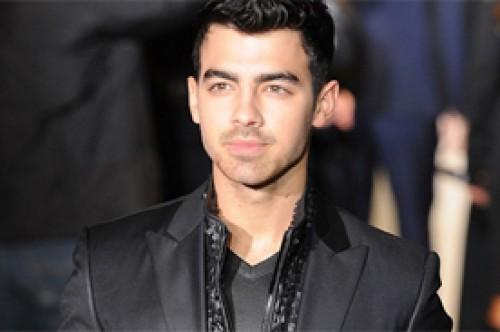 Joe Jonas sorprende con elengancia en desfile de modas de Calvin Klein